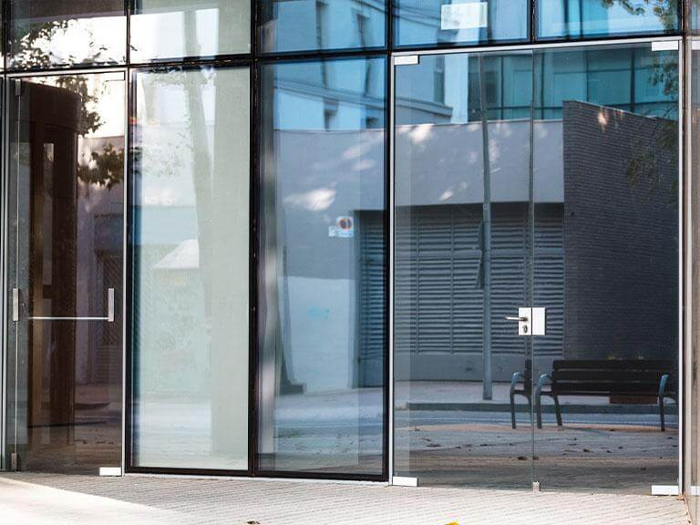 szklane drzwi izabudowy